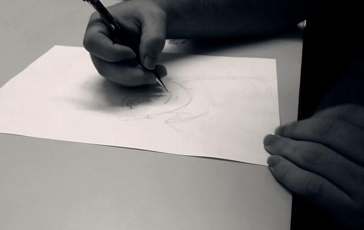 Mãos de um ilustrador trabalhando num desenho
