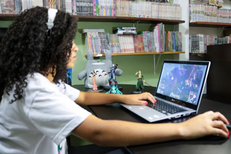Menina jogando League of Legends